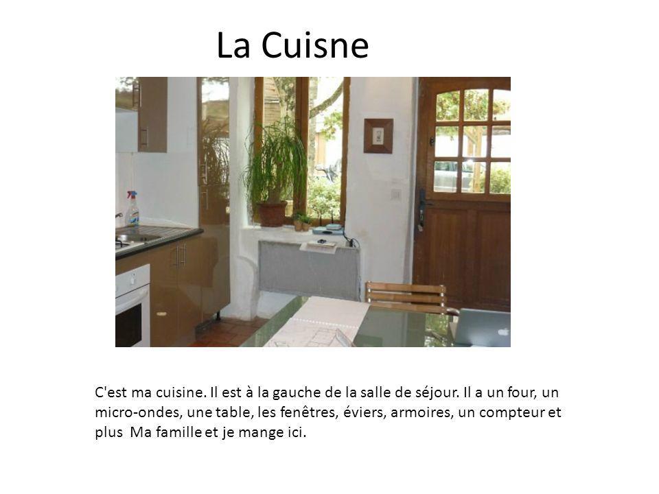 La Cuisne C'est ma cuisine. Il est à la gauche de la salle de séjour. Il a un four, un micro-ondes, une table, les fenêtres, éviers, armoires, un comp