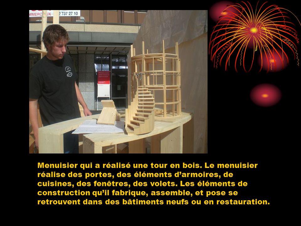 Menuisier qui a réalisé une tour en bois. Le menuisier réalise des portes, des éléments darmoires, de cuisines, des fenêtres, des volets. Les éléments