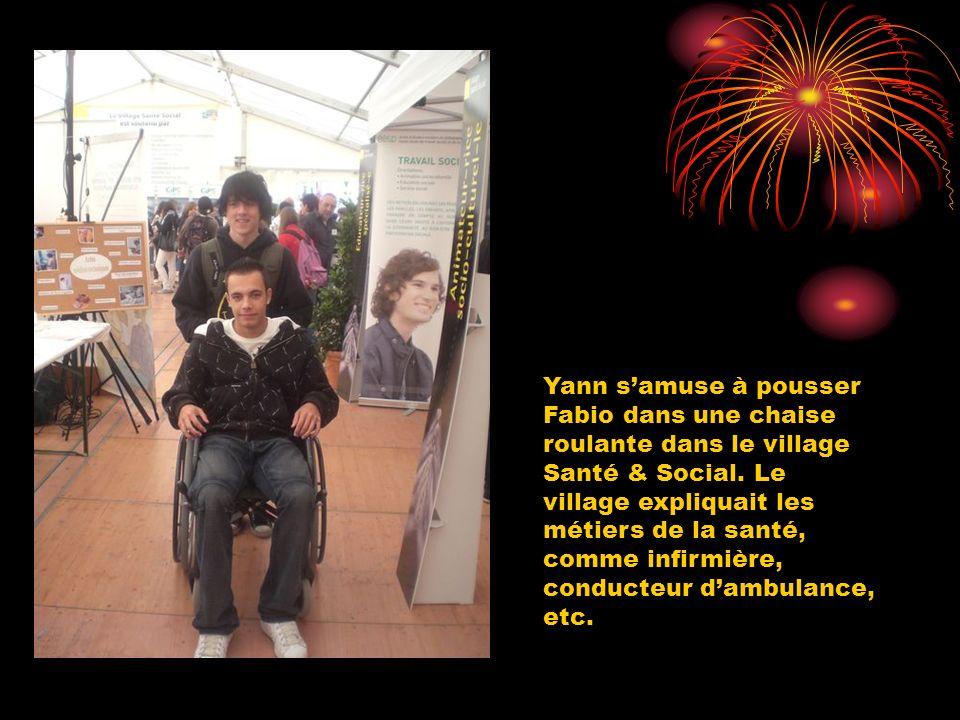 Yann samuse à pousser Fabio dans une chaise roulante dans le village Santé & Social. Le village expliquait les métiers de la santé, comme infirmière,