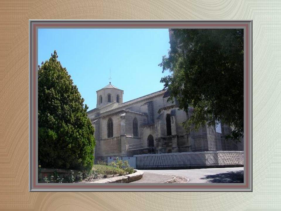 Dès le IVe siècle il y aurait eu une basilique sur la colline des Doms, à côté de la demeure de lévêque.