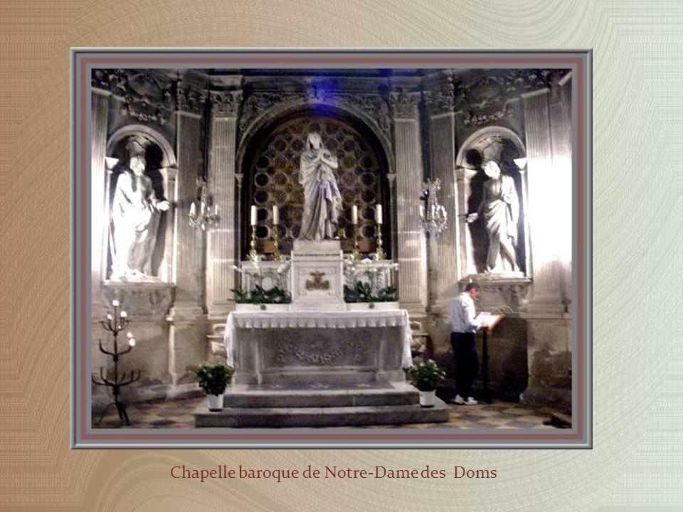 Dans le chœur, un orgue et une très belle cathèdre de marbre blanc sous dais, pour lévêque.