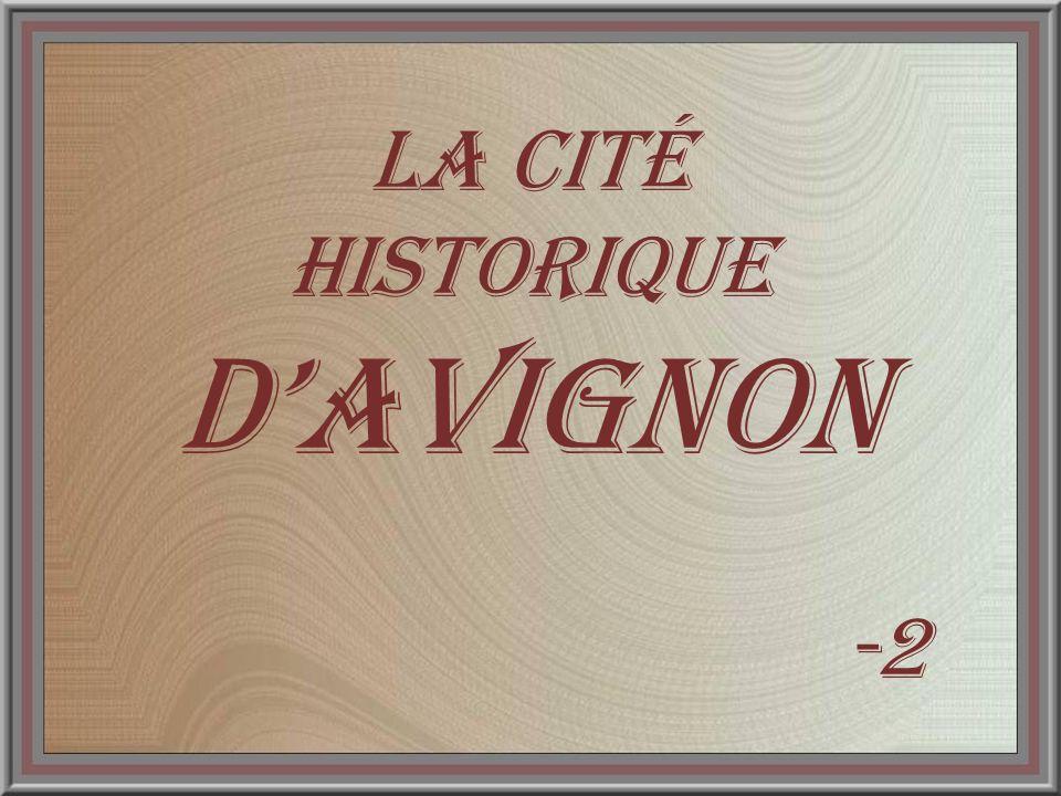 En premier plan, la vigne des Papes, plantée en 1997, est un symbole qui réunit quatre principaux cépages de lAppellation Côtes du Rhône : Viognier, Syrah, Grenache blanc et rouge.
