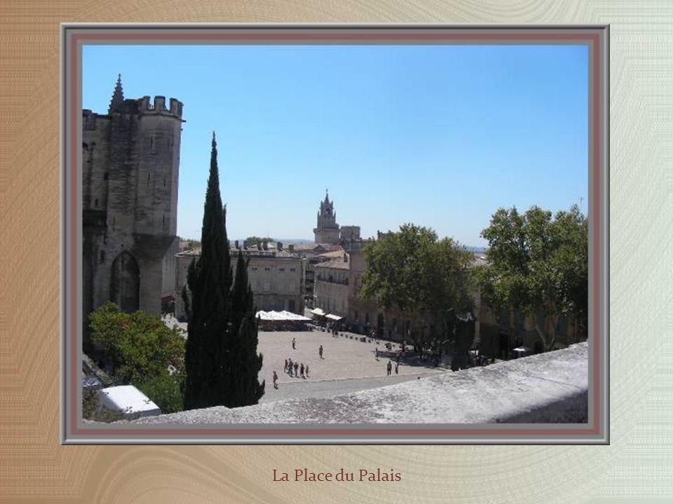 Nous repassons auprès de la cathédrale avant de rejoindre la grande place du Palais.