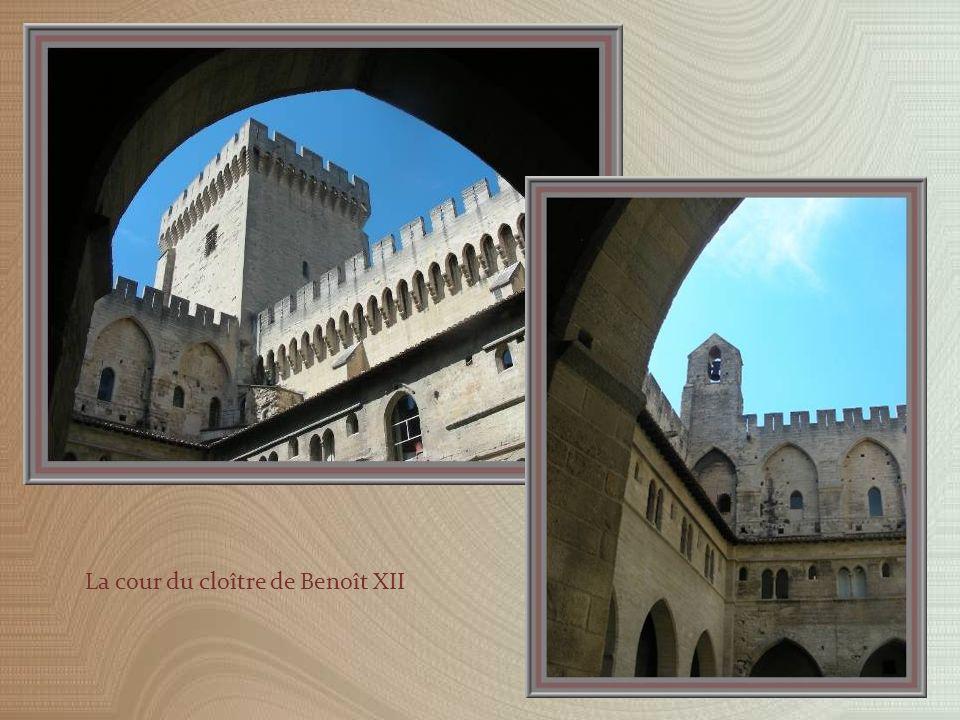 Vieilles portes des XIVe et XVe siècles, celles du bas provenant darmoires.