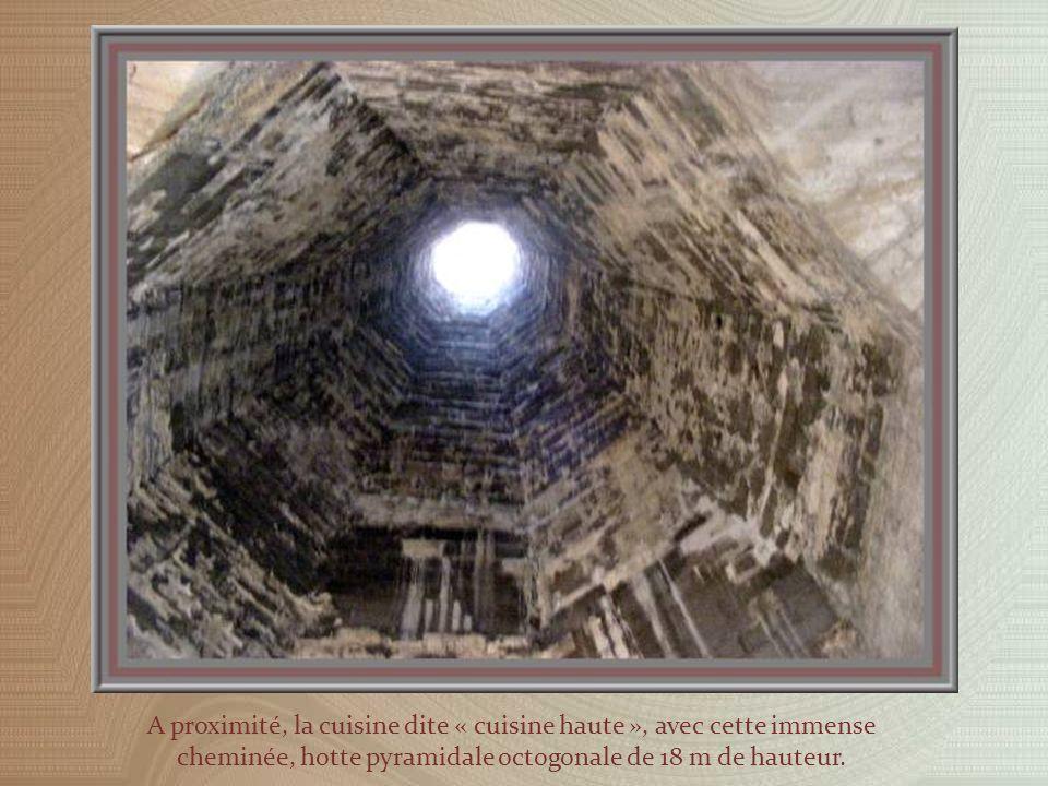 Une magnifique voûte en berceau a été bien restaurée au-dessus de la salle des Festins, le Grand Tinel, dans le Palais Vieux, siège du Consistoire.