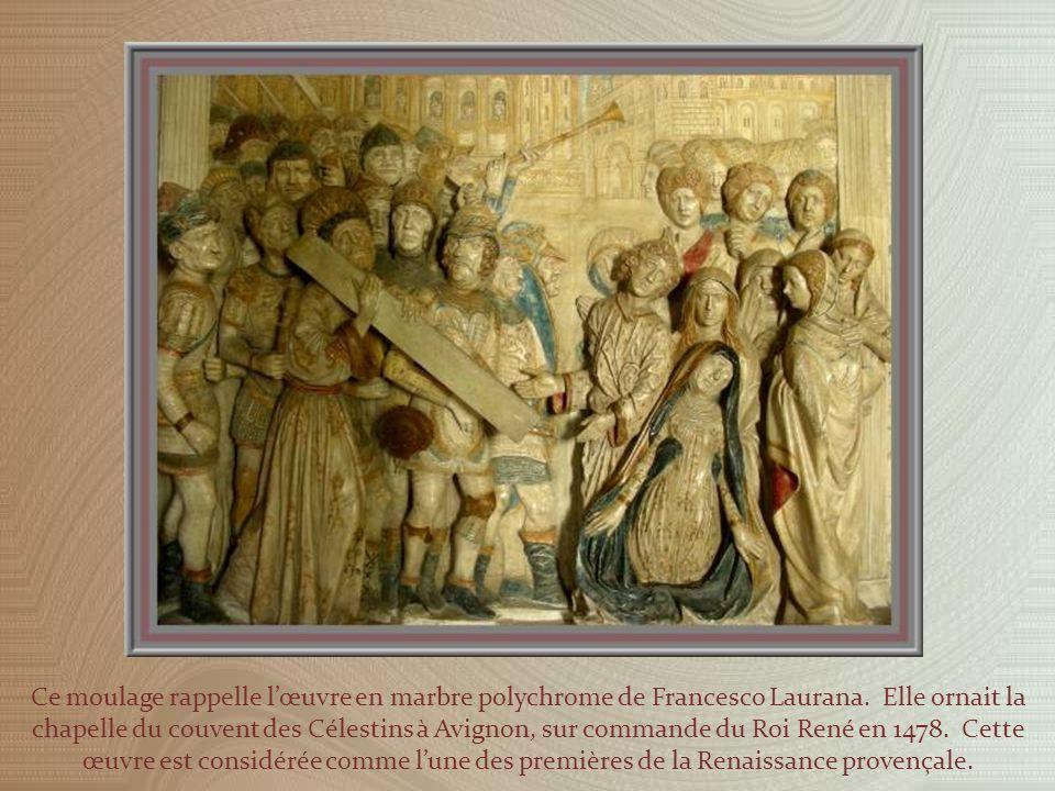 Dans le Palais vieux, la cour du cloître est entourée par la chapelle de Benoît XII, laile du consistoire, celle du conclave et celle des familiers de la cour papale.