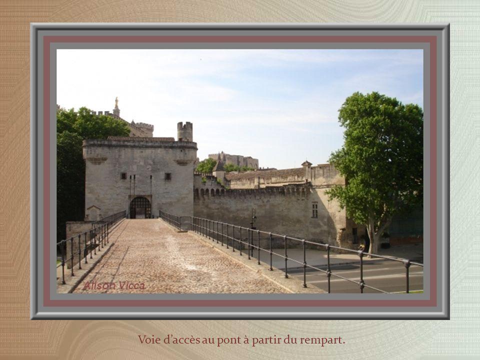 Le pont Bénezet, plus connu comme pont dAvignon à cause de la chanson, mesurait 900 mètres de long et possédait 22 arches.