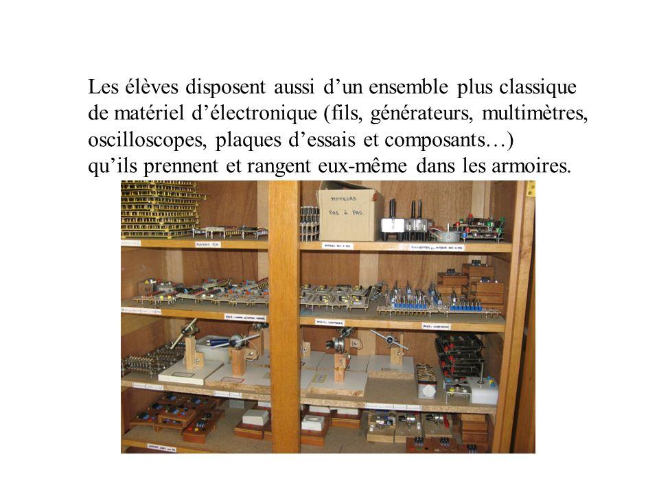Les élèves disposent aussi dun ensemble plus classique de matériel délectronique (fils, générateurs, multimètres, oscilloscopes, plaques dessais et composants…) quils prennent et rangent eux-même dans les armoires.