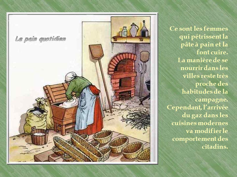 Le pain quotidien Dans les fermes les plus riches, il existe une petite pièce réservée au four à pain. Ce sont les femmes qui préparent le pain de mén