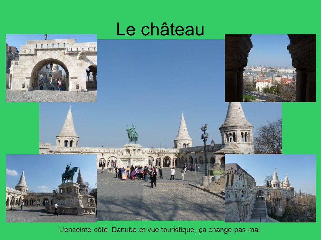 Le château Lenceinte côté Danube et vue touristique, ça change pas mal