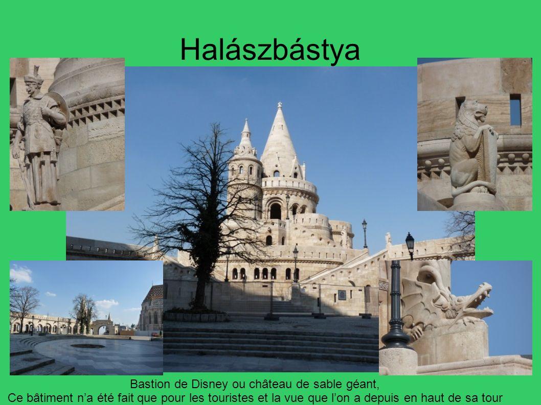 Halászbástya Bastion de Disney ou château de sable géant, Ce bâtiment na été fait que pour les touristes et la vue que lon a depuis en haut de sa tour