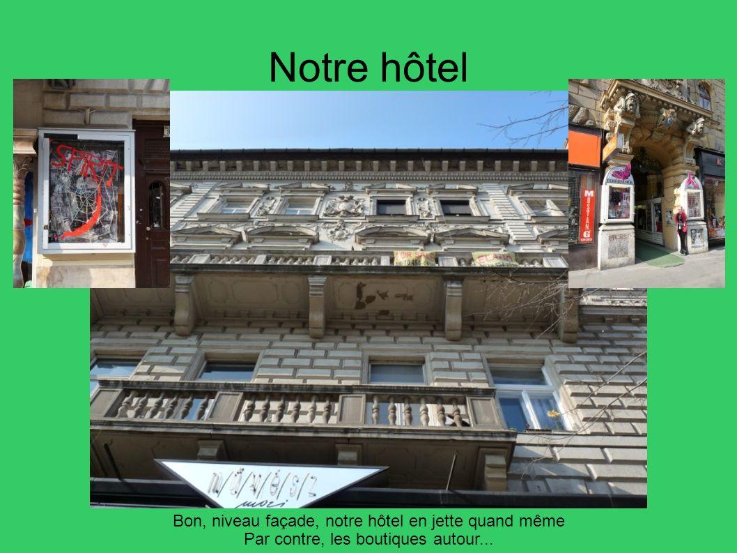 Notre hôtel Bon, niveau façade, notre hôtel en jette quand même Par contre, les boutiques autour...