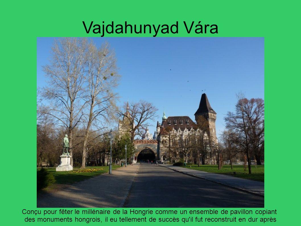 Vajdahunyad Vára Conçu pour fêter le millénaire de la Hongrie comme un ensemble de pavillon copiant des monuments hongrois, il eu tellement de succès