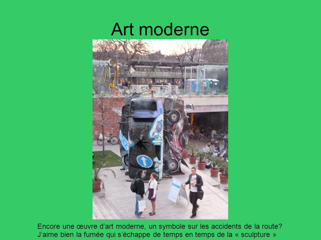 Art moderne Encore une œuvre dart moderne, un symbole sur les accidents de la route? Jaime bien la fumée qui séchappe de temps en temps de la « sculpt