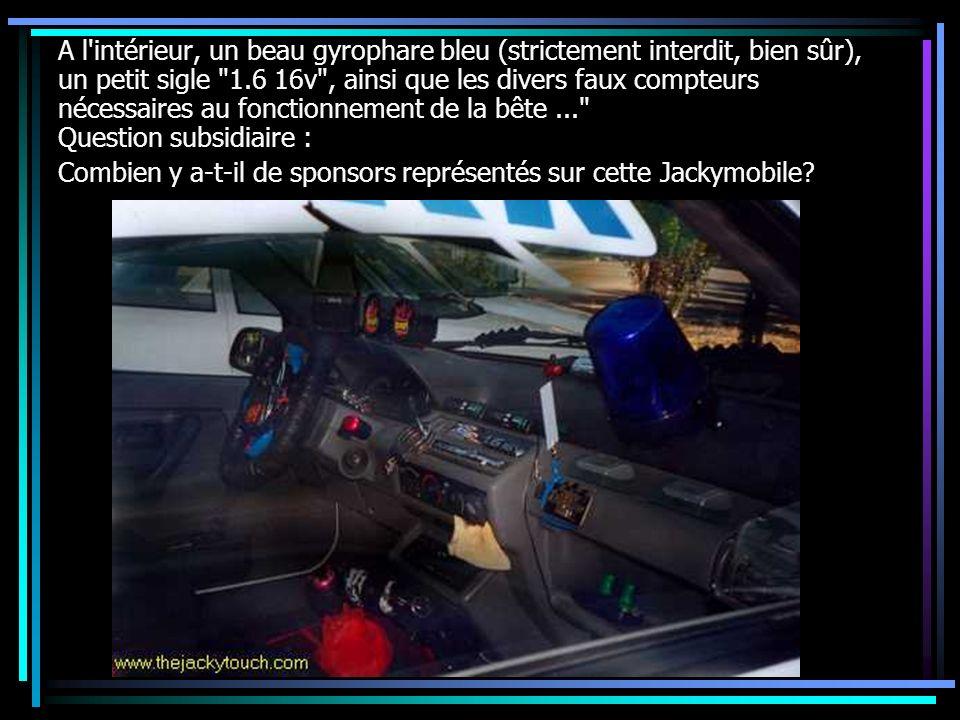 A l'intérieur, un beau gyrophare bleu (strictement interdit, bien sûr), un petit sigle