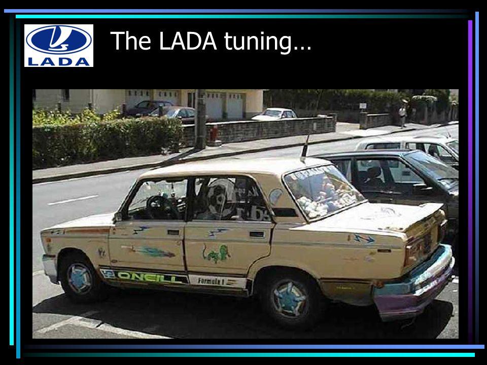 On commence par le coffre, avec le détail top-moumoute : la lampe arrière de VTT qui éclaire la plaque Renault Clio Sport Spéciale Tuning .