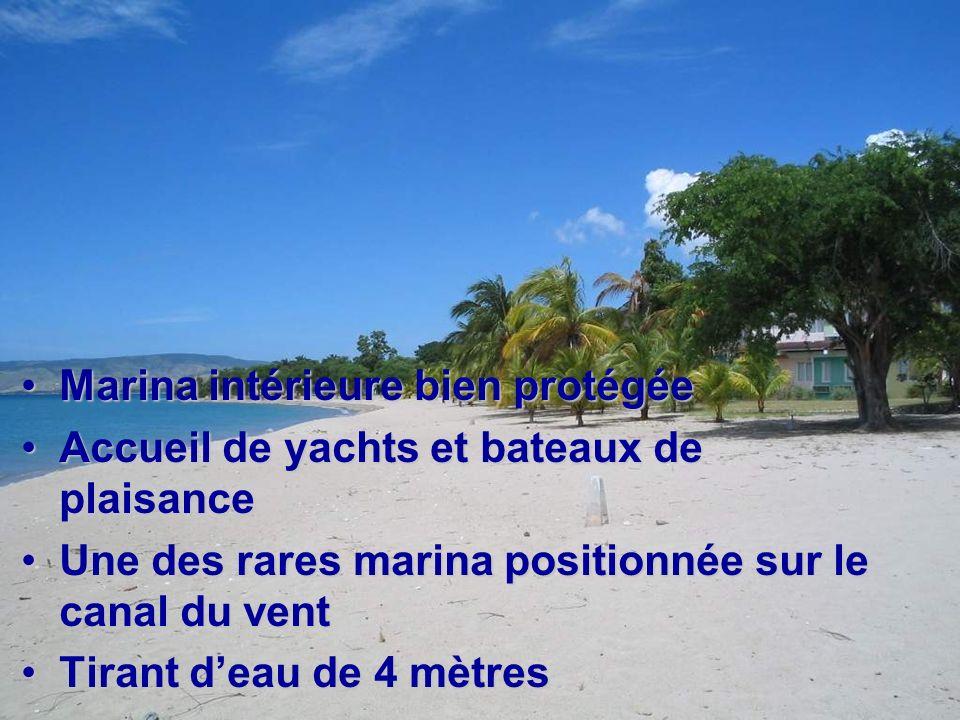 Marina intérieure bien protégéeMarina intérieure bien protégée Accueil de yachts et bateaux de plaisanceAccueil de yachts et bateaux de plaisance Une