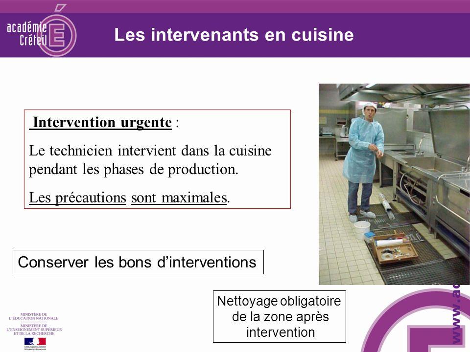 Intervention urgente : Le technicien intervient dans la cuisine pendant les phases de production. Les précautions sont maximales. Nettoyage obligatoir