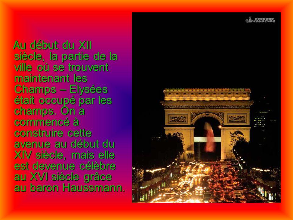 Au début du XII siècle, la partie de la ville où se trouvent maintenant les Champs – Elysées était occupé par les champs. On a commencé à construire c