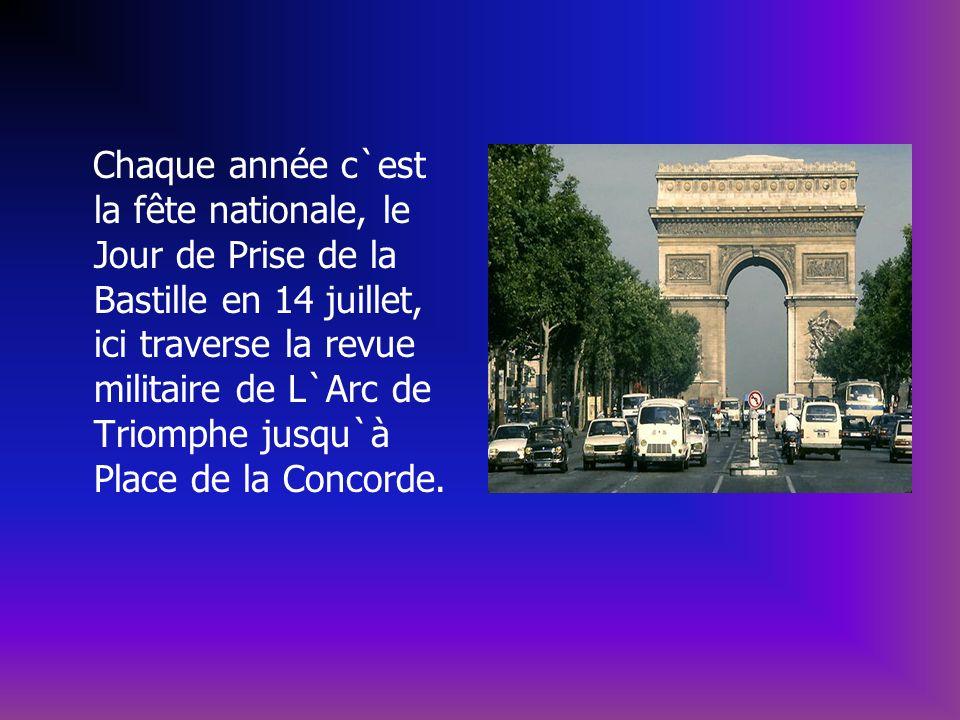 Chaque année c`est la fête nationale, le Jour de Prise de la Bastille en 14 juillet, ici traverse la revue militaire de L`Arc de Triomphe jusqu`à Plac