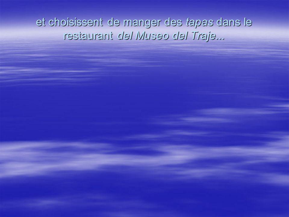 et choisissent de manger des tapas dans le restaurant del Museo del Traje...