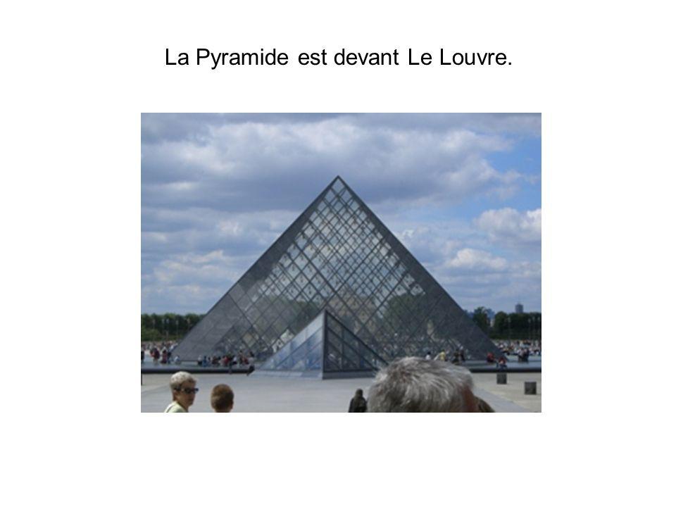 La Pyramide est devant Le Louvre.