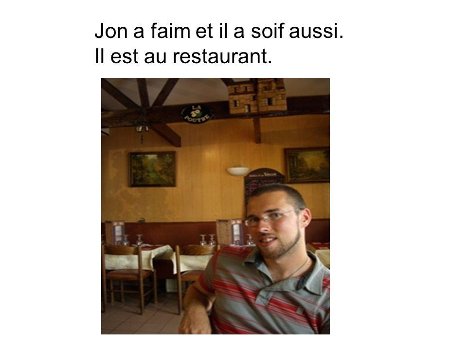 Jon a faim et il a soif aussi. Il est au restaurant.