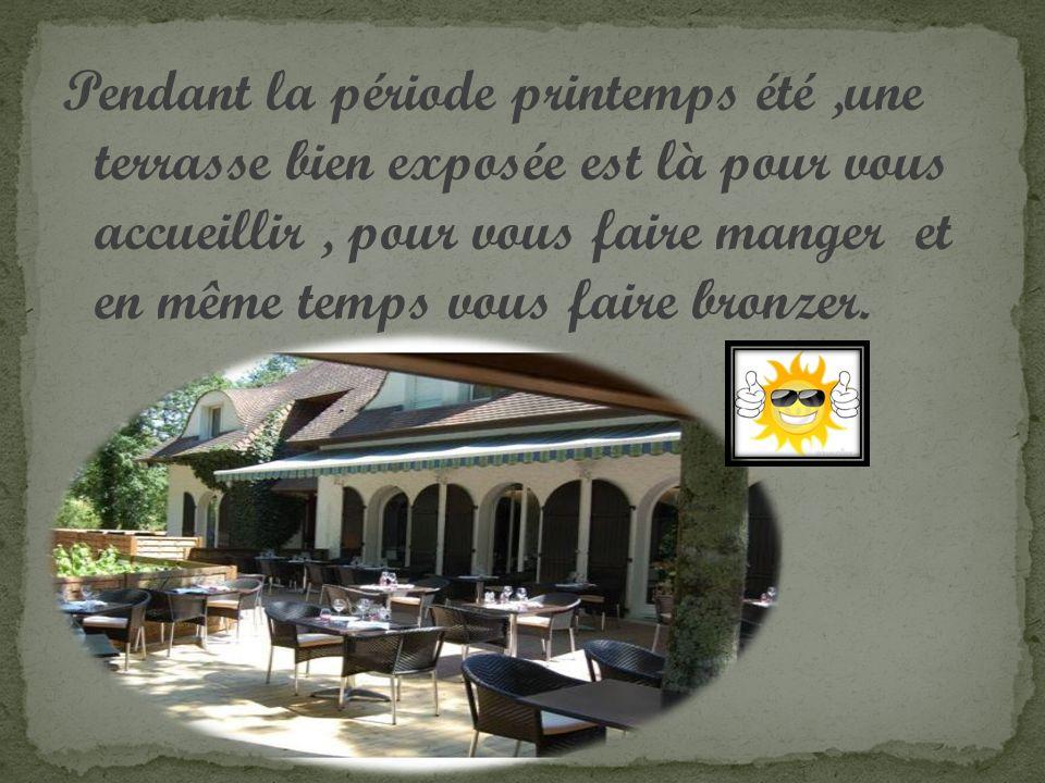 Pendant la période printemps été,une terrasse bien exposée est là pour vous accueillir, pour vous faire manger et en même temps vous faire bronzer.
