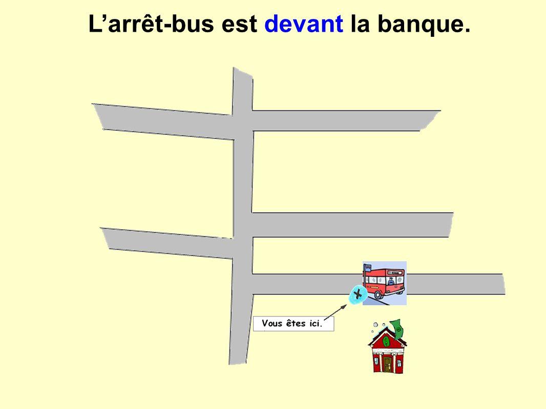 Larrêt-bus est devant la banque.