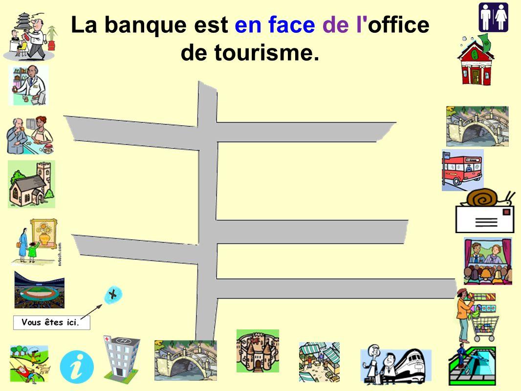 La banque est en face de l office de tourisme.