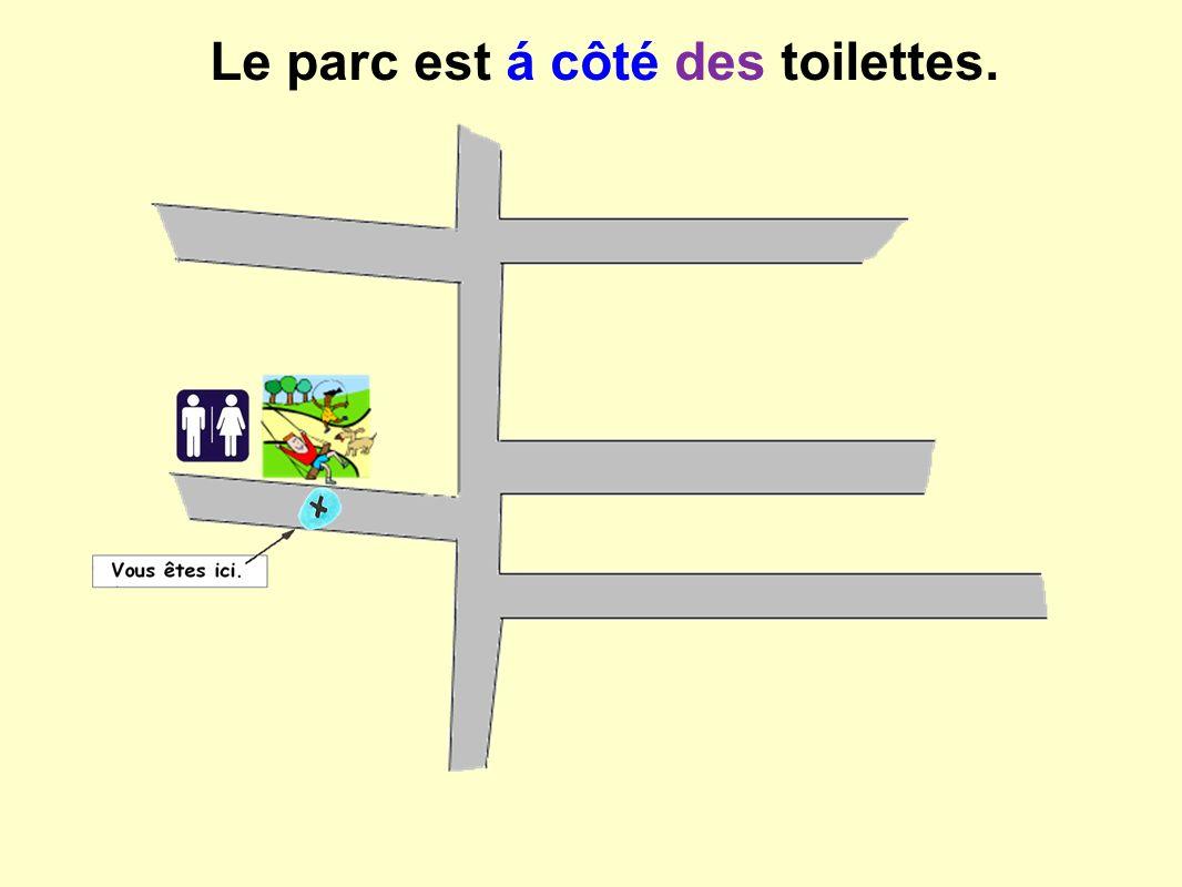 Le parc est á côté des toilettes.