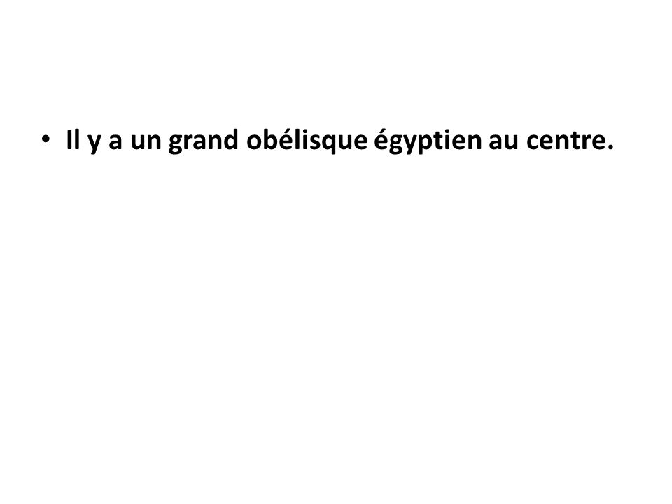 Il y a un grand obélisque égyptien au centre.