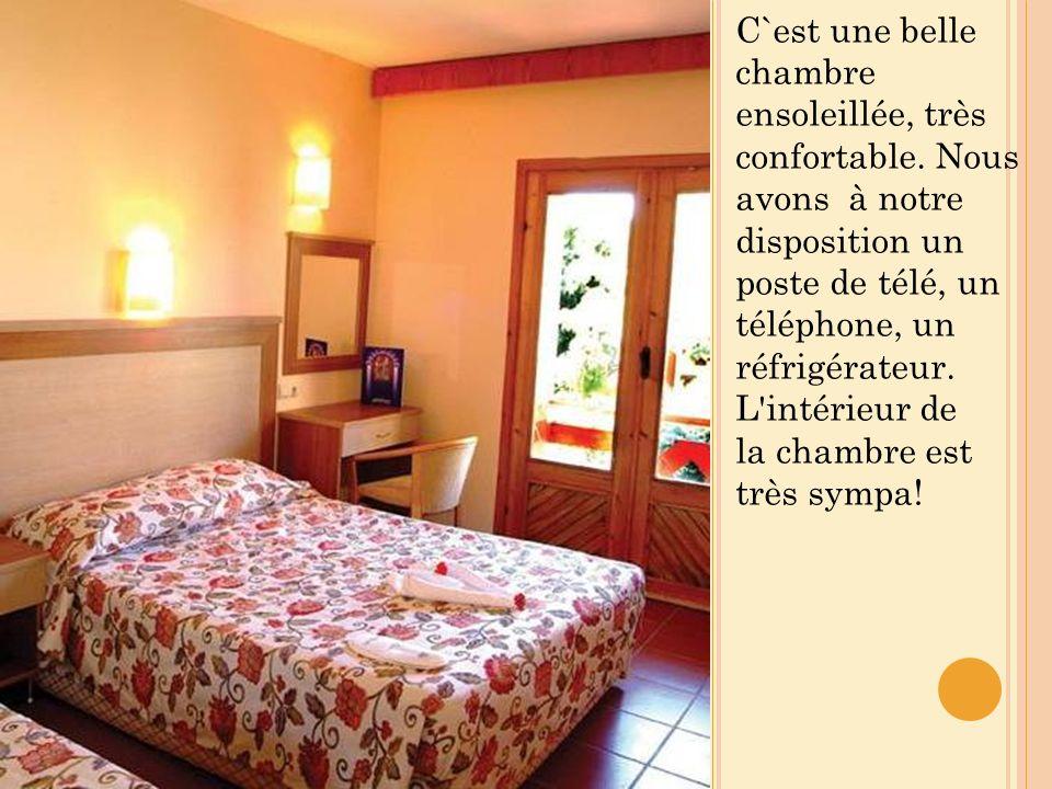 C`est une belle chambre ensoleillée, très confortable.