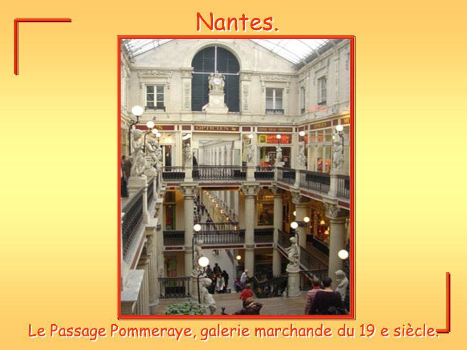 Nantes. Le Passage Pommeraye, galerie marchande du 19 e siècle.