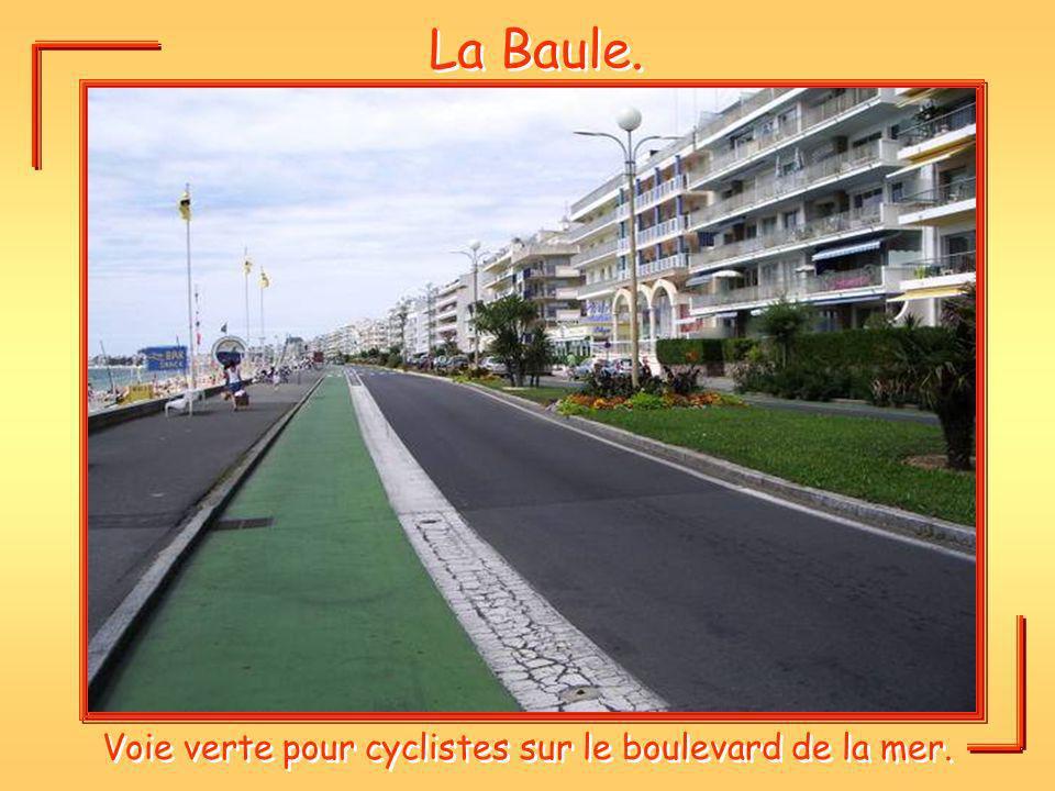 La Baule. Voie verte pour cyclistes sur le boulevard de la mer.