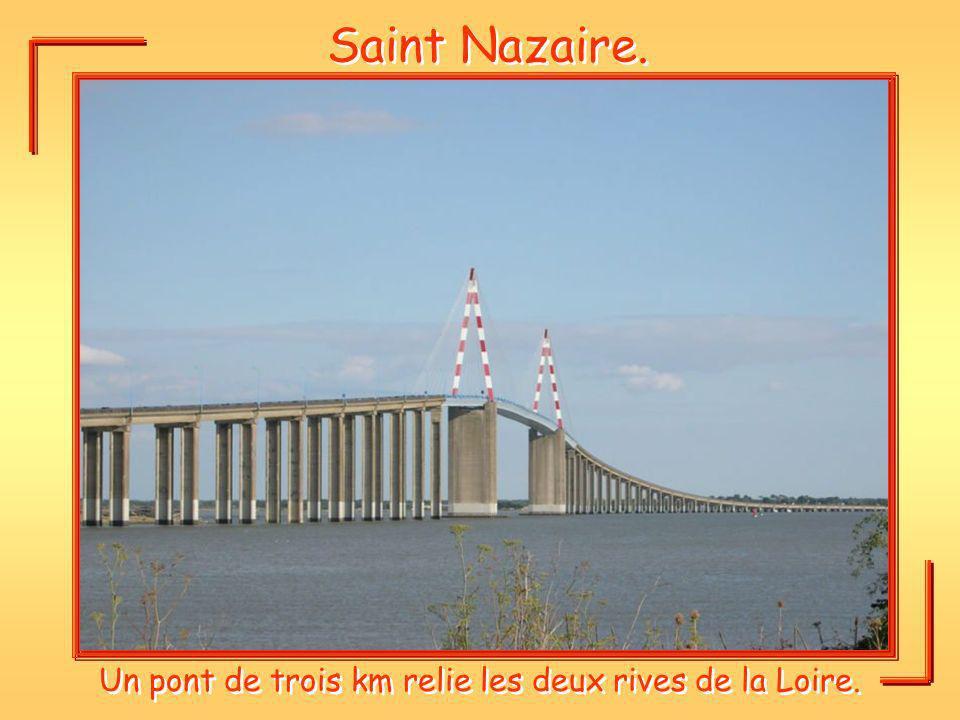 Saint Nazaire. Un pont de trois km relie les deux rives de la Loire.