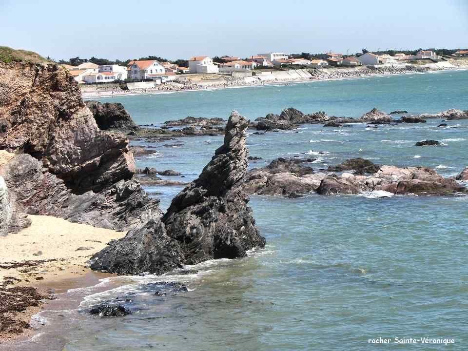 La Vendée étant un département à forte tendance religieuse, les statues de Vierge et les calvaires sont omniprésents dans les villages et aux croiseme