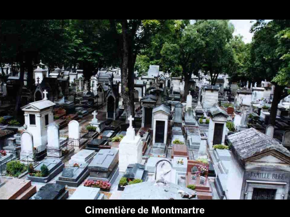 Rue typique de Montmartre, al fonds Le Sacré Coeur.
