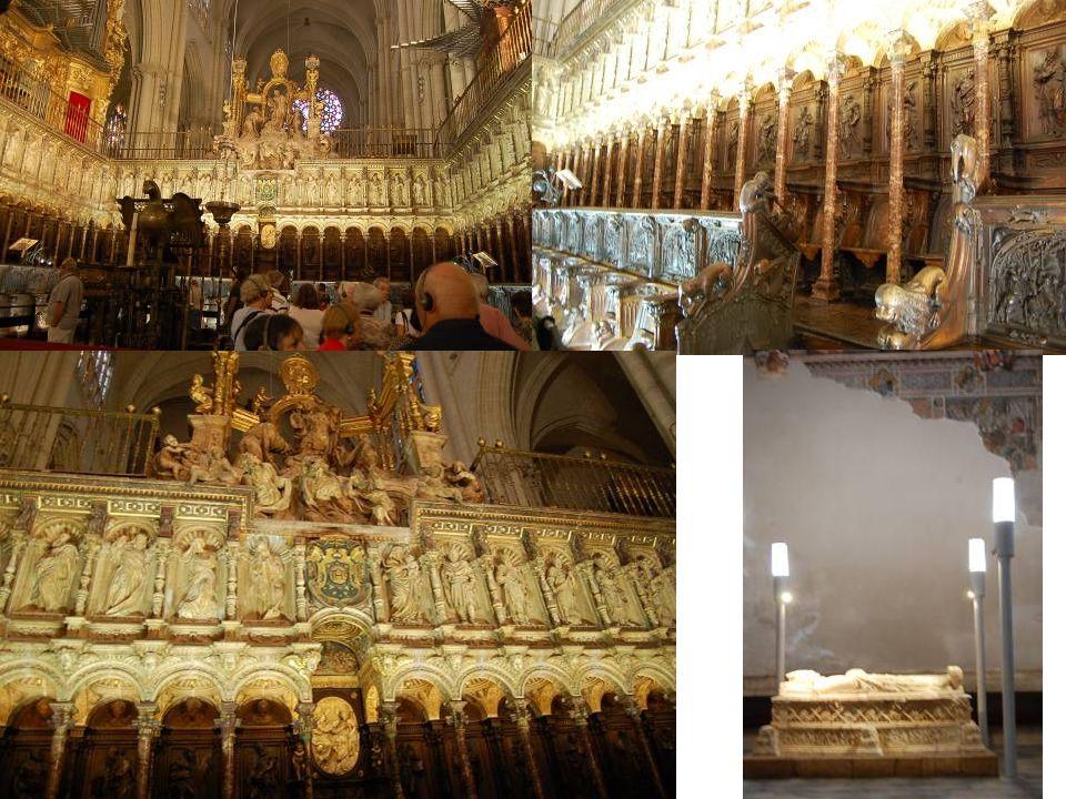 En face de l autel principal repose le chœur le plus beau parmi les cathédrales européennes, réalisé pour loger le clergé de la Cathédrale : Archevêque, chanoine et chapelains du chœur.