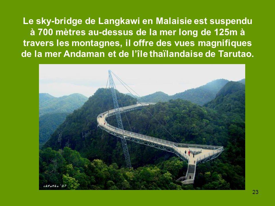 23 Le sky-bridge de Langkawi en Malaisie est suspendu à 700 mètres au-dessus de la mer long de 125m à travers les montagnes, il offre des vues magnifi