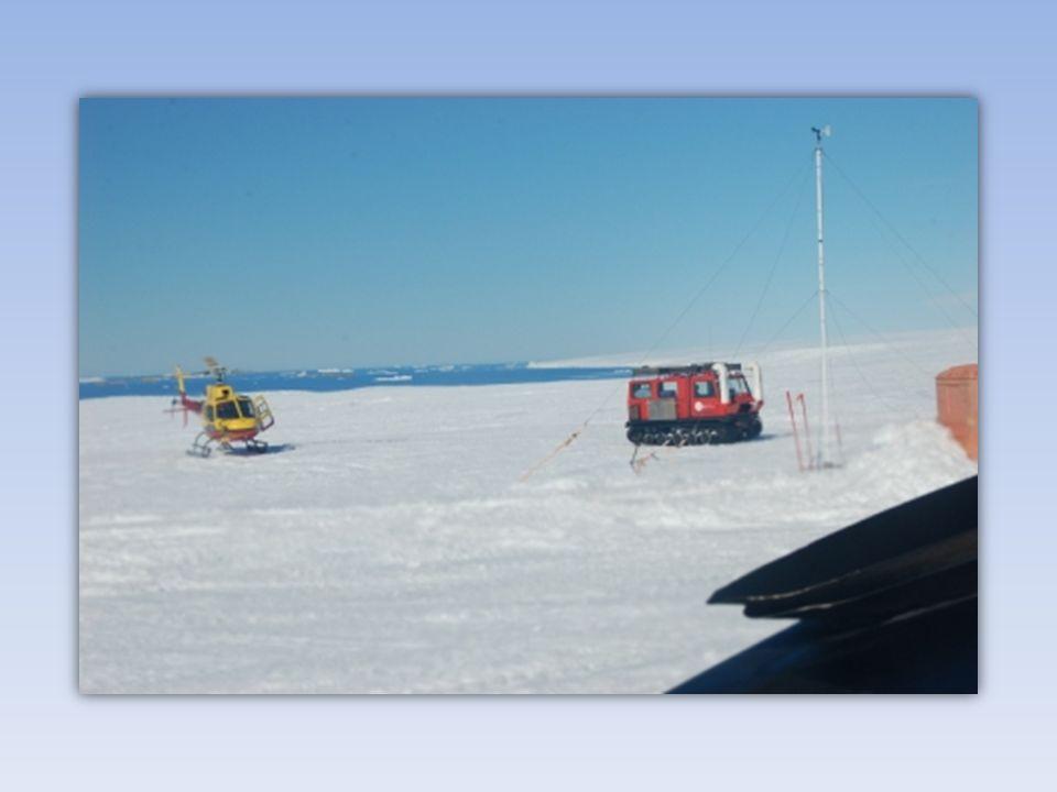 La base Dumont d'Urville est située sur l'île des Pétrels, dans l'archipel de Pointe Géologie, à 5 km du continent.