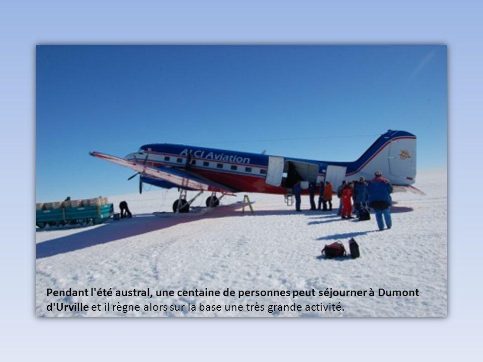La base, coupée du monde en hiver par des centaines de kilomètres de banquise n'est accessible que durant l'été austral.