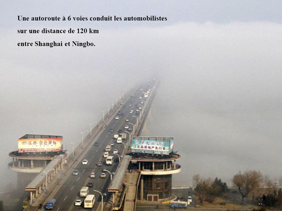 2 Une autoroute à 6 voies conduit les automobilistes sur une distance de 120 km entre Shanghai et Ningbo.