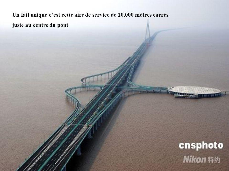 Un fait unique cest cette aire de service de 10,000 mètres carrés juste au centre du pont