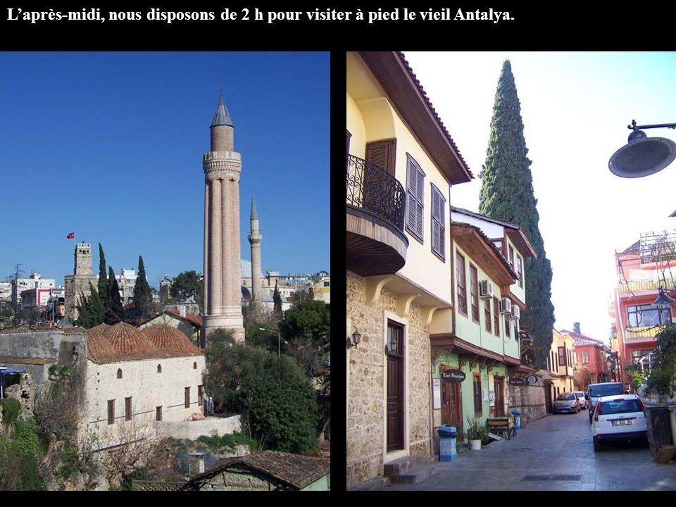 Laprès-midi, nous disposons de 2 h pour visiter à pied le vieil Antalya.