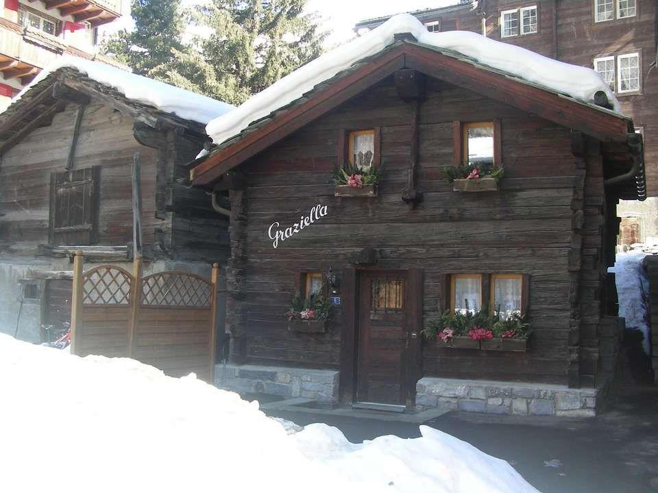 Zermatt, qui se situe au pied du Cervin a une altitude de 1620 m. Cest une des stations de ski les plus importantes des Alpes dans la partie alémaniqu