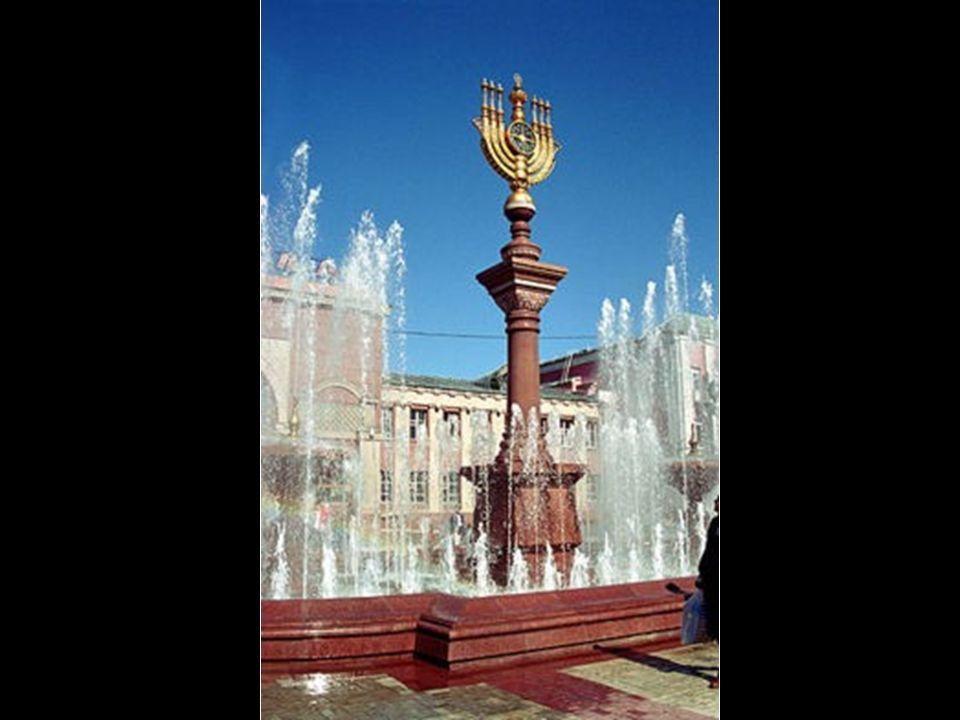 Place et fontaine face à la gare ferroviaire