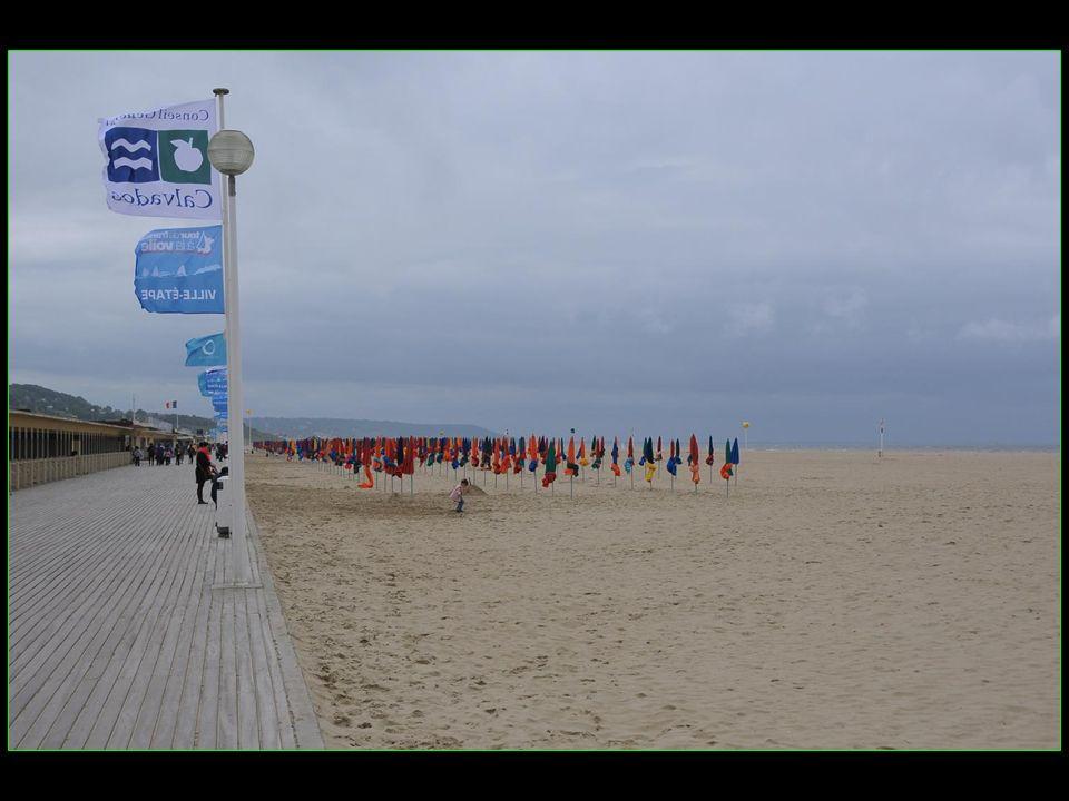 Les Planches La promenade longe la plage sur toute sa longueur. Elle commence à lest au Port de Deauville pour sachever à louest à la limite avec Tour