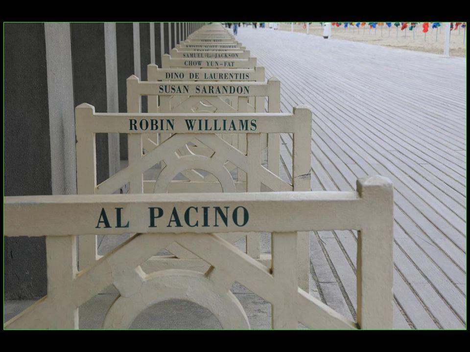 des cabines de bain bordent la promenade et chacune delles porte le nom dune célébrité ayant participé au Festival de cinéma américain de Deauville