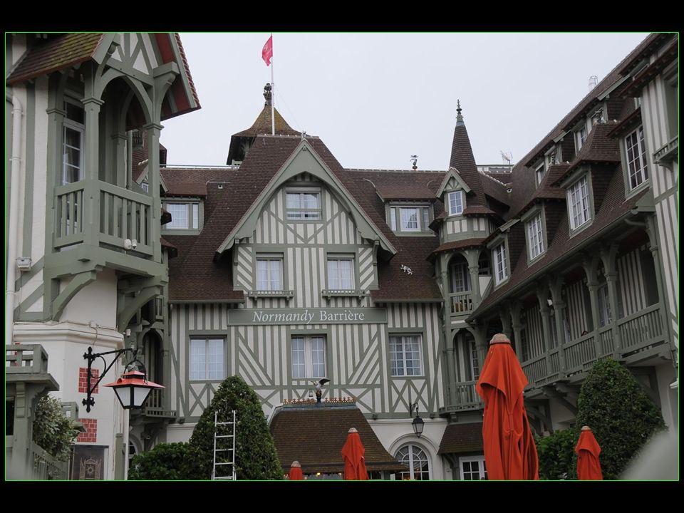 Coco Chanel (1883-1917), styliste, y a ouvert sa deuxième boutique à lété 1913 Yves Saint-Laurent (1936-2008), styliste et créateur de mode, ouvrit une de ses premières boutiques dans le Casino